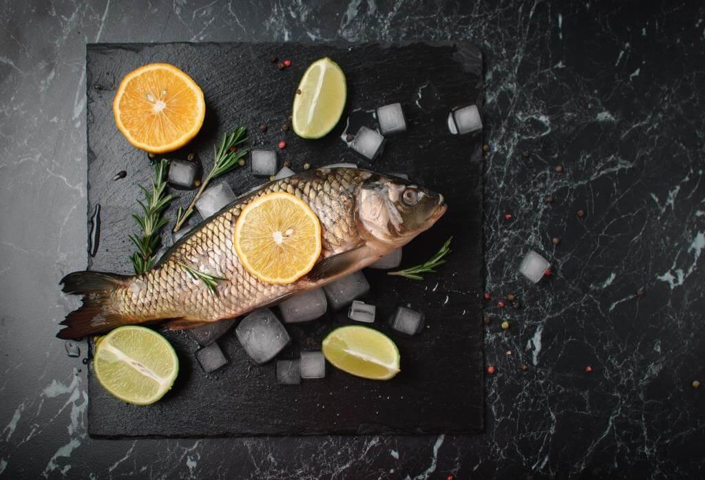 Як приготувати запеченого коропа з овочами та картоплею в духовці