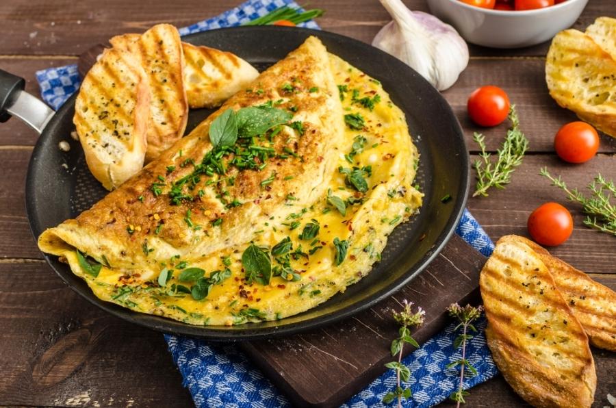 Сніданок, який підкорив світ: 10 секретів ідеального омлету