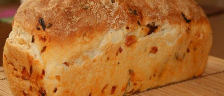Хліб з в'яленими помідорами і сиром