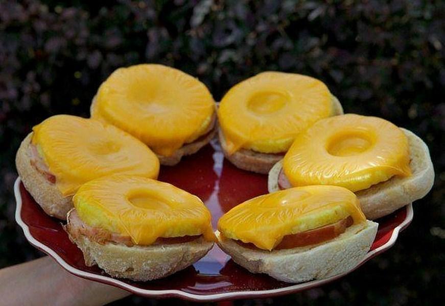 Бутерброди з шинкою і ананасами