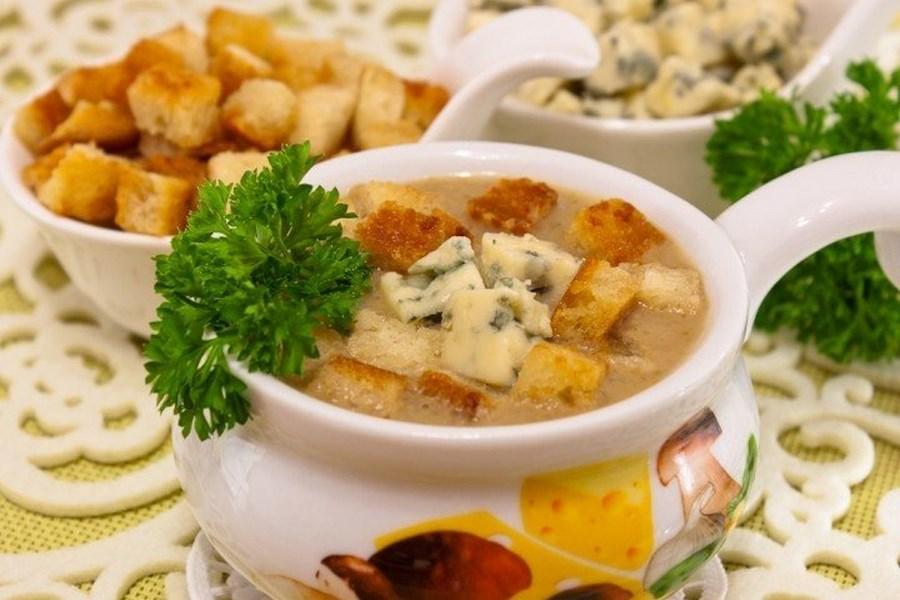 Грибний суп з сухариками і сиром з пліснявою