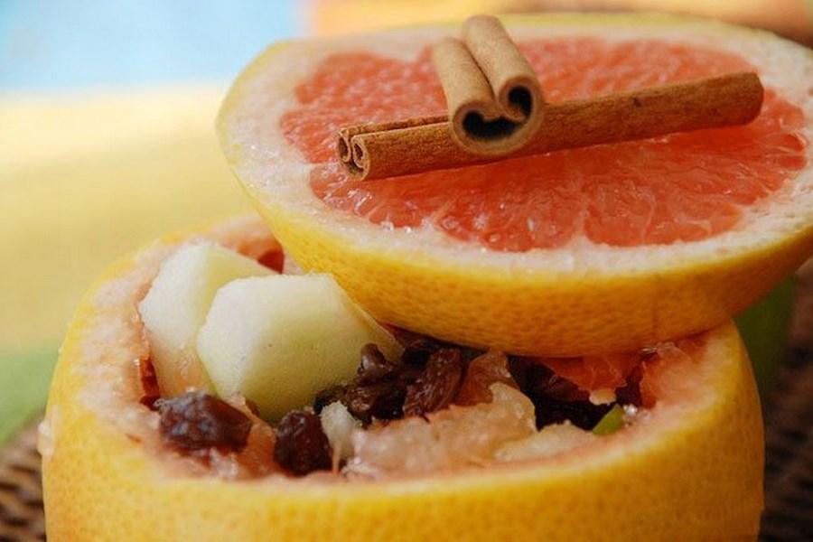 Вітамінний салат з фруктами, медом і лікером