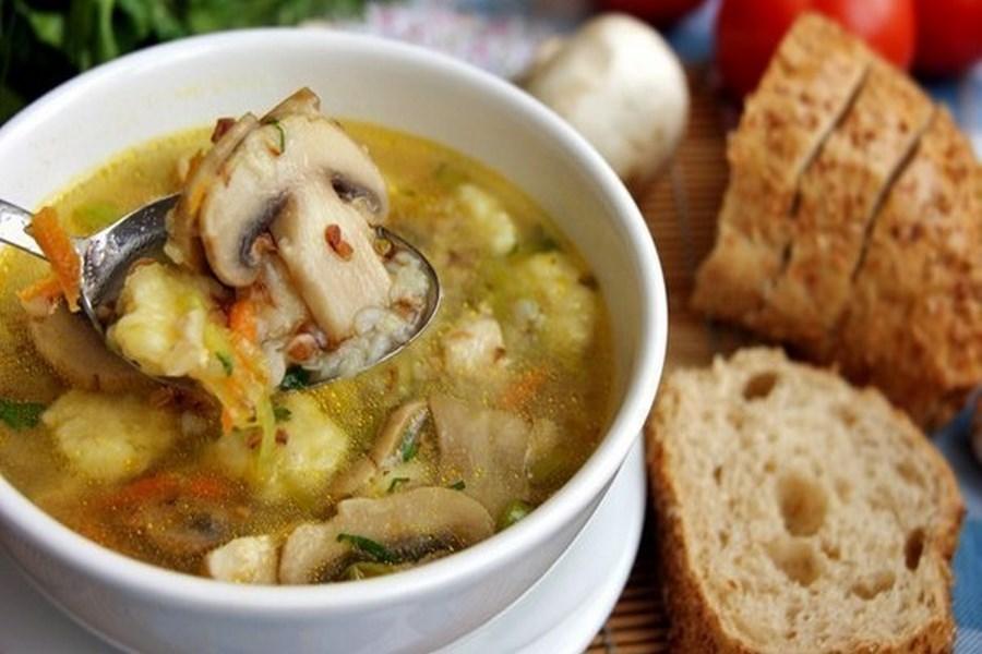 Гречаний суп з печерицями і картопляними кнедликами