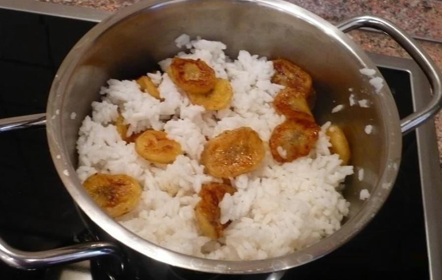 Рисова каша з карамелізованими бананами