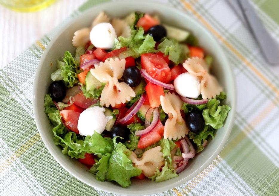 Салат із моцарелою, пастою і помідорами