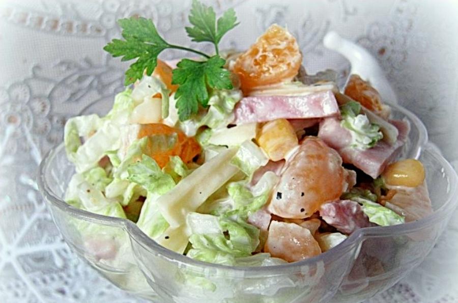 Салат з пекінської капусти, шинки та мандаринів