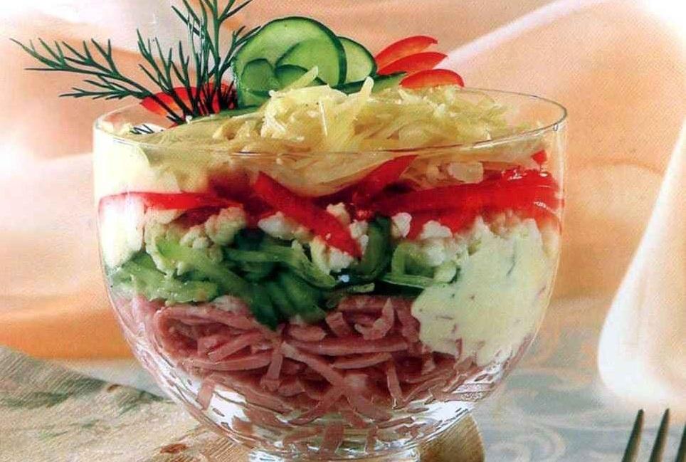 Салат з копченої ковбаси з огірками