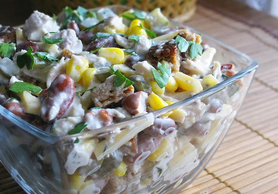 Салат з квасолі з сиром та куркою