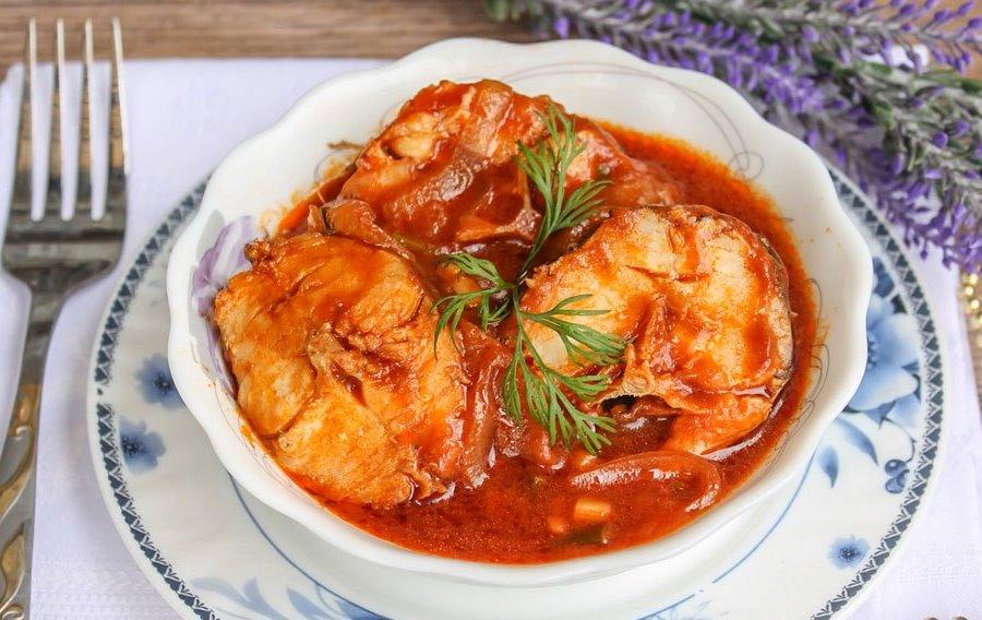 Смажена риба під томатно-овочевим соусом