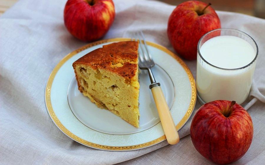 Заварний кукурудзяний пиріг на кефірі з яблуками