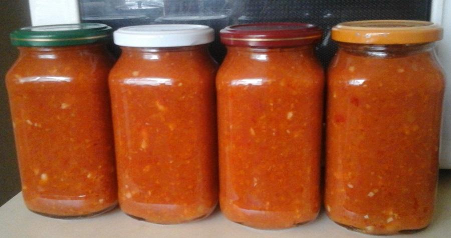 Аджика на зиму з яблуками, помідорами і морквою | Домашній рецепт