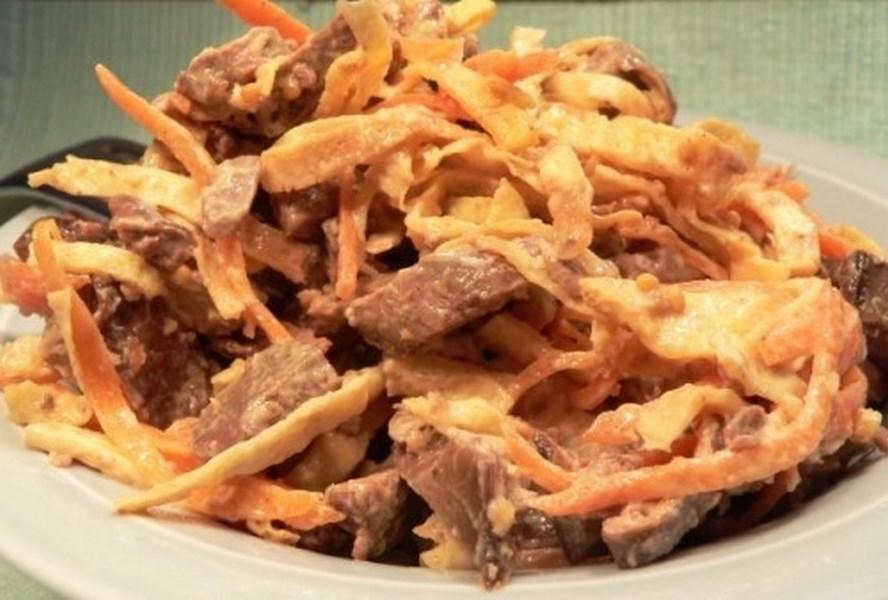 Салат з запеченим курячим філе, млинцями і грибами