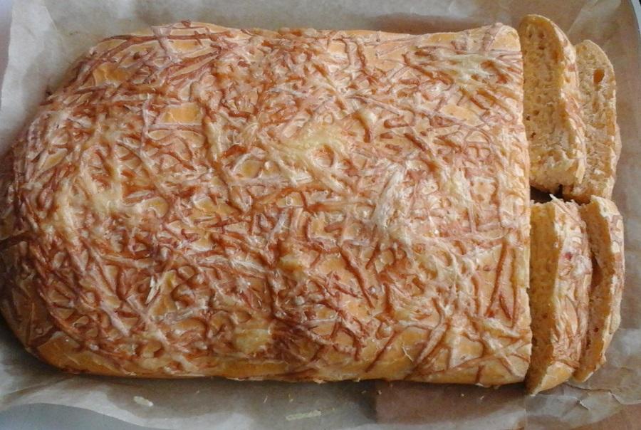 Італійський хліб з цибулею, помідорами та сиром