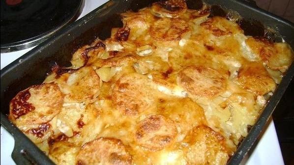 Картопля по-французьки з м'ясом   Рецепт в духовці на сметані