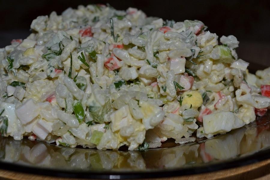 Салат із крабових паличок з рисом