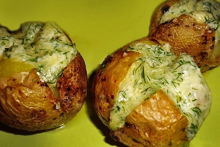 Молода картопля, запечена з твердим сиром