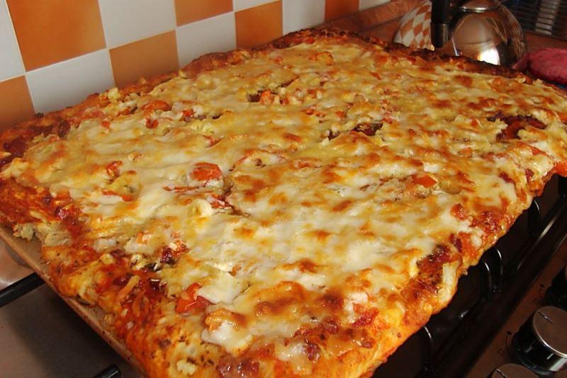 Рецепт піци з кисломолочним та твердим сиром