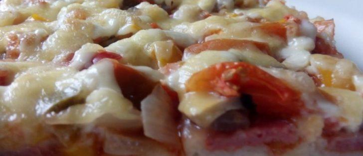 Піца з салямі, печерицями та болгарським перцем