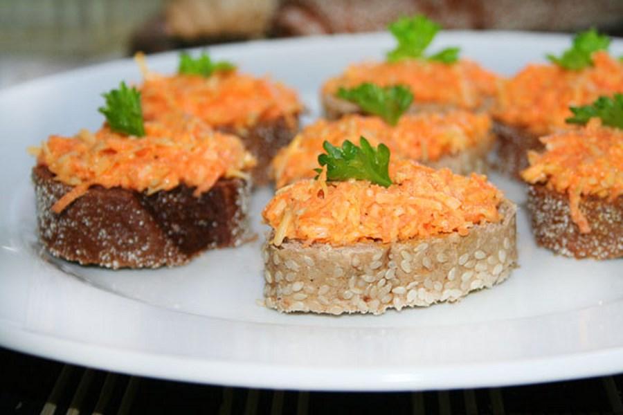 Бутерброди з морквою і ковбасним сиром