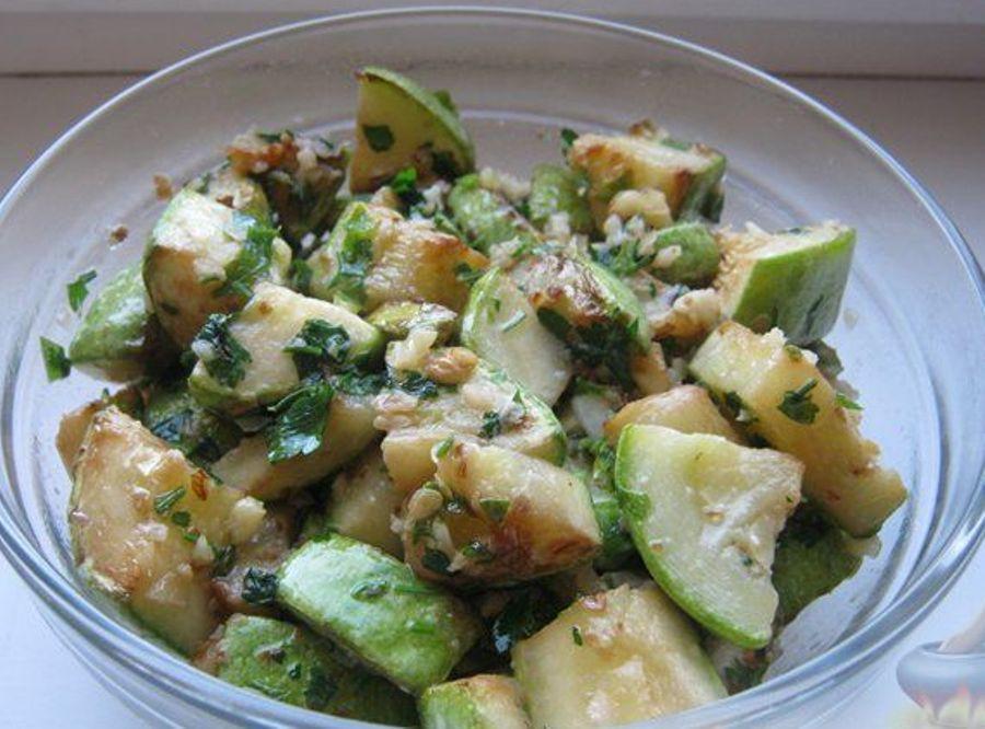 Салат із кабачків з горіхами та часником