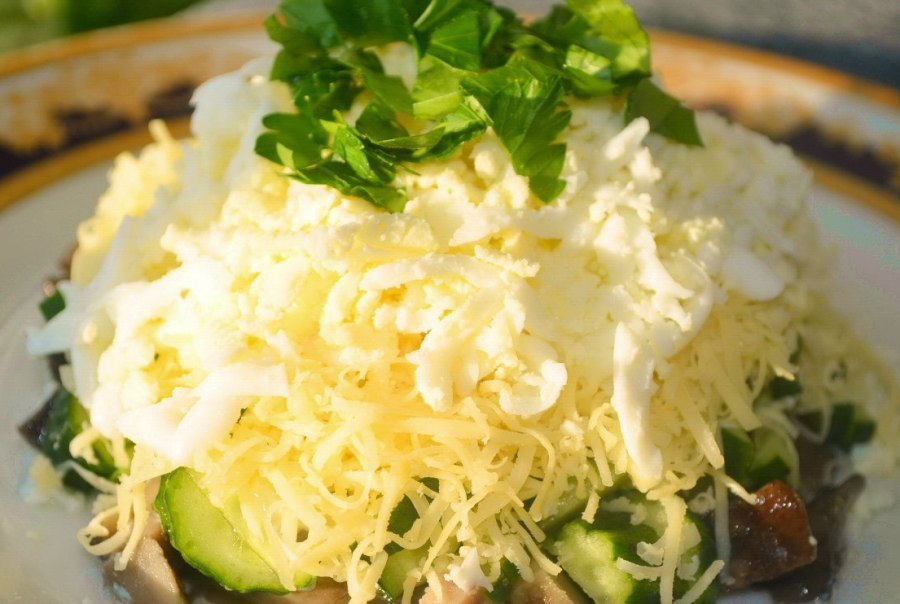Салат з грибами, куркою та огірками «Осінній»