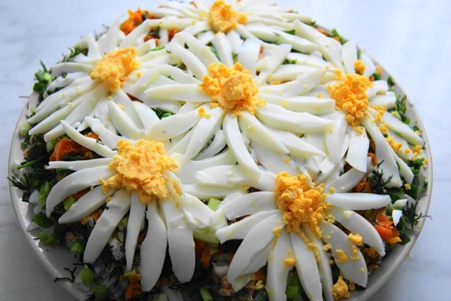 Салат із сардиною, рисом та яйцями «Ромашкова галявина»