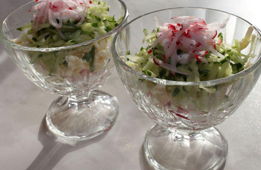Салат «Весняний» із сиру, редиски й огірків
