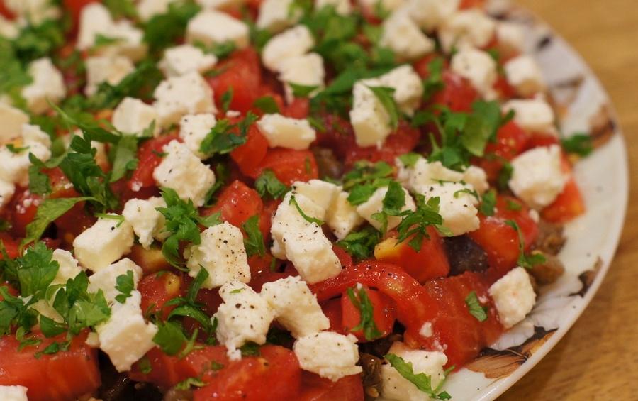Баклажанний салат з помідорами та сиром