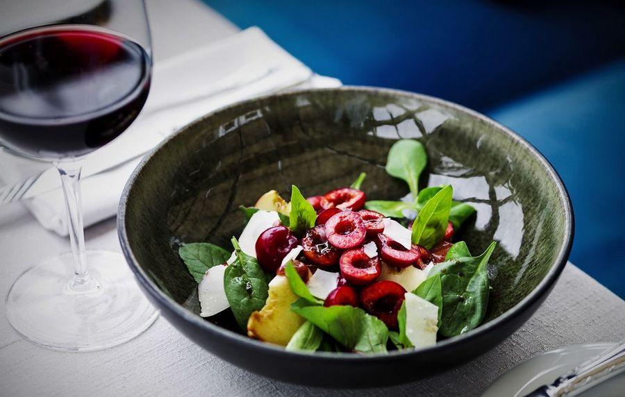 Салат зі шпинатом та черешнею