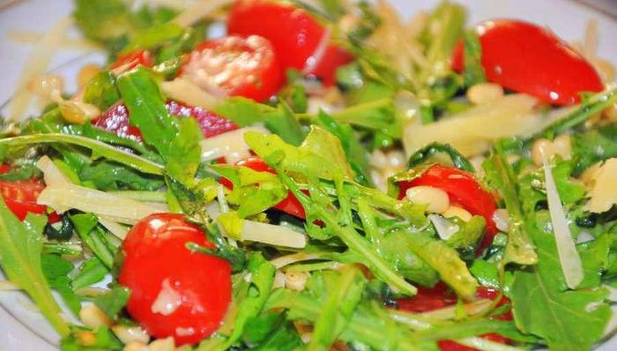 Теплий салат з козячим сиром, помідорами та руколою
