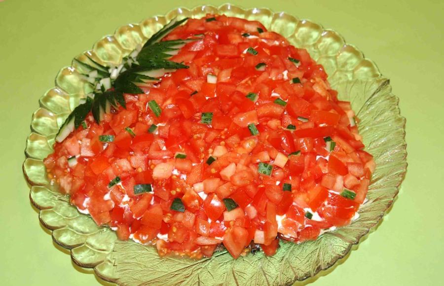 Салат з куркою, грибами та свіжими овочами «Полуничка»