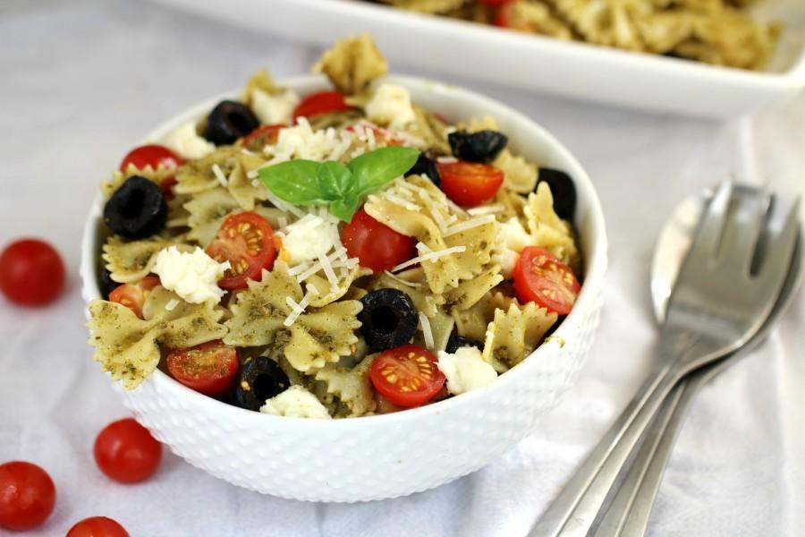 Середземноморський салат з макаронами