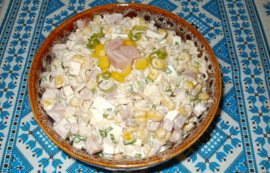 Салат з локшини та крабових паличок «Мівінка»