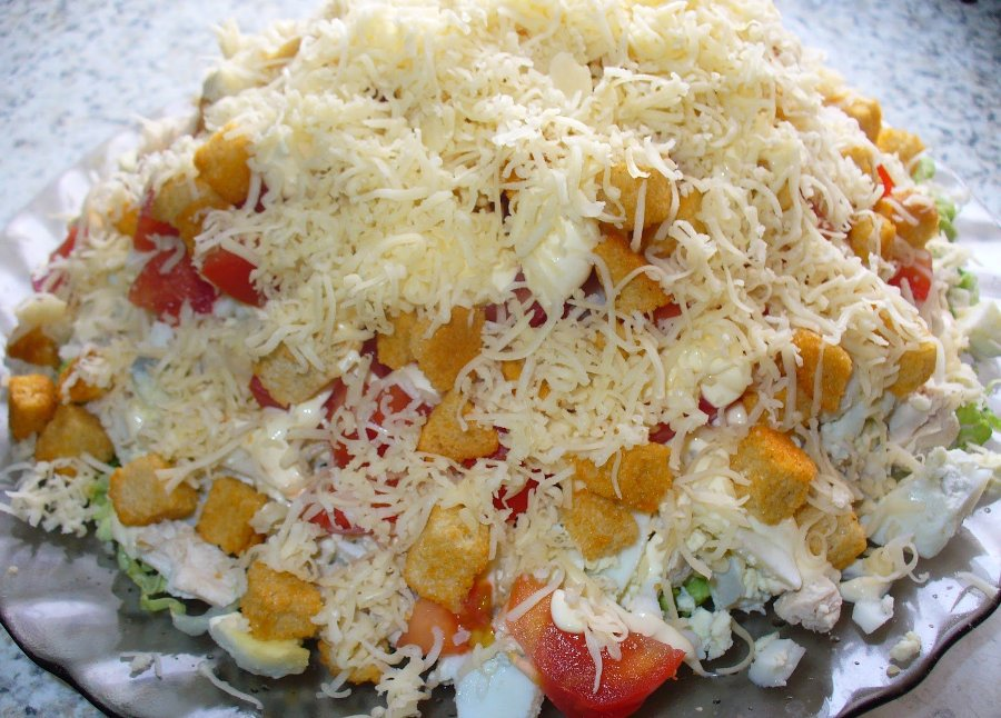 Салат з помідорами, куркою та сухариками