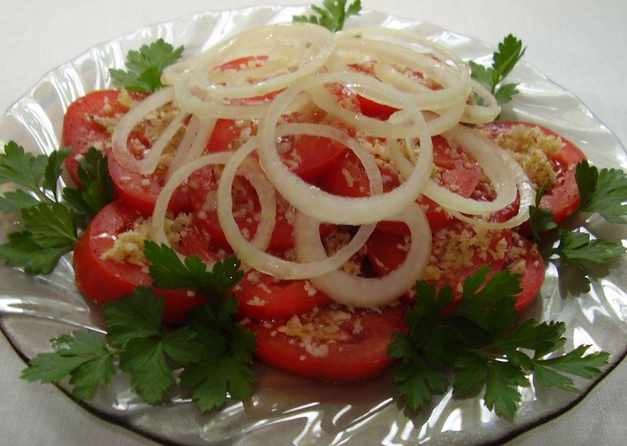 Салат з помідорів з горіхами