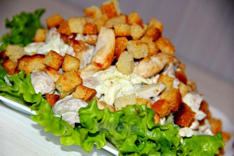 Салат з сухариками і курячим філе
