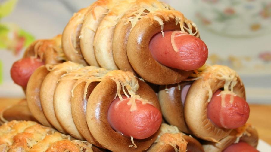 Сосиски, запечені у бубликах