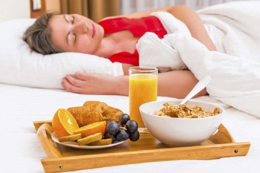 Добре їсти, довго спати… 9 цікавих фактів, як їжа впливає на сон