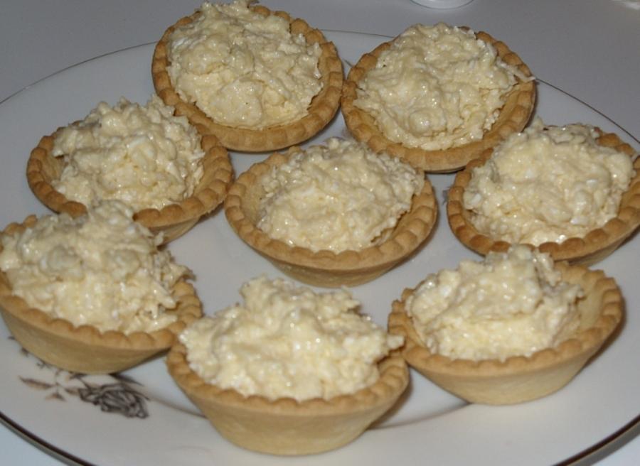 Тарталетки з сиром та ананасами