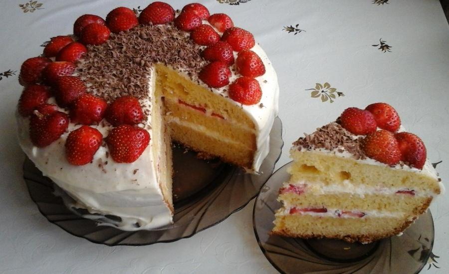 Бісквітно-полуничний торт у мультиварці