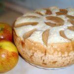 Яблучна шарлотка в мультиварці