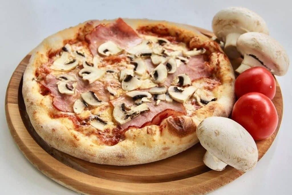 піца з грибами та шинкою