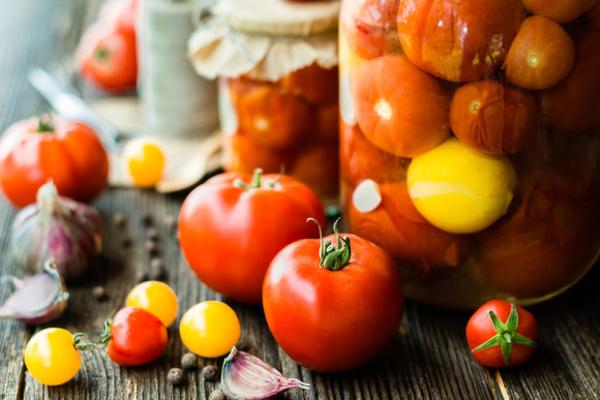 Консервовані помідори з горілкою