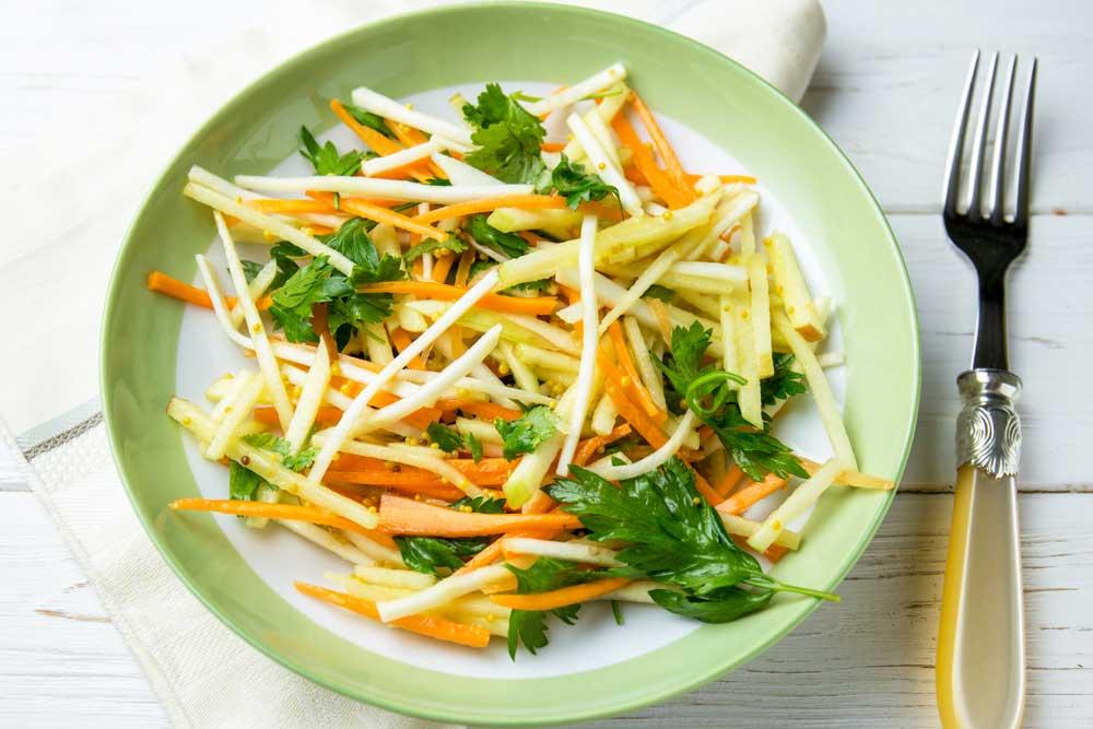 Низькокалорійний салат з селерою, моркви та яблук
