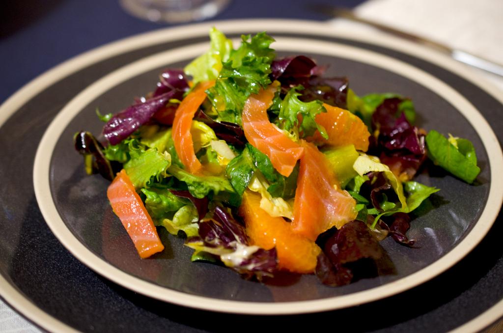Салат з червоної риби та авокадо