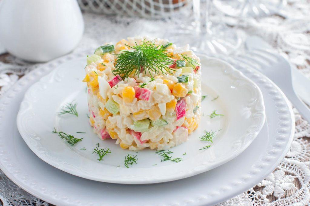 Салат з крабових паличок та рисом
