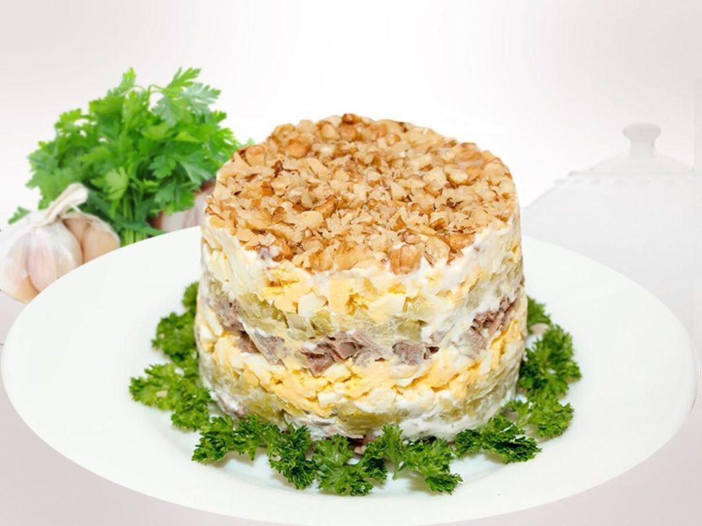 Салат з куркою, ананасами та горіхами