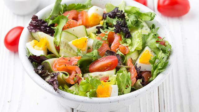 Салат з шпротами та помідорами