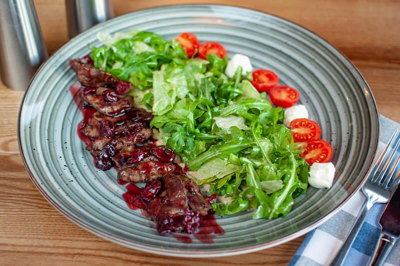 Теплий салат з телятиною та вишнею