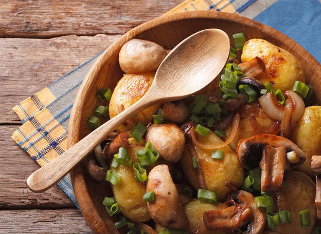 Картопля по-селянськи з м'ясом та грибами